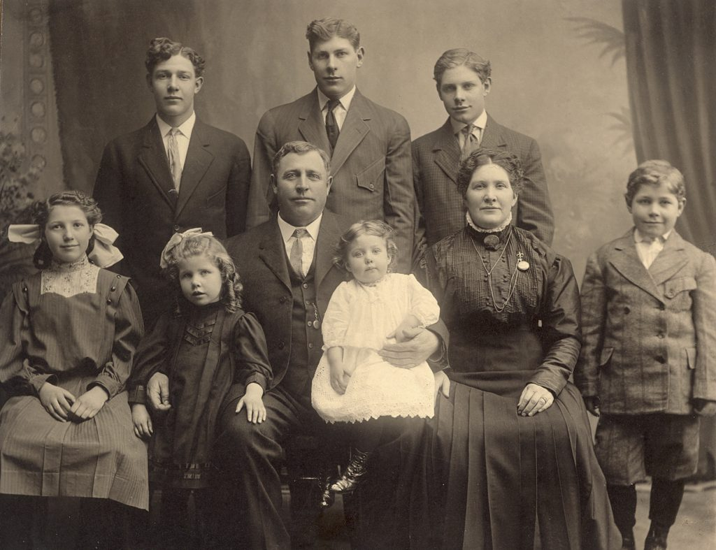John Franklin Bradshaw and his family. Photo: Ancestry