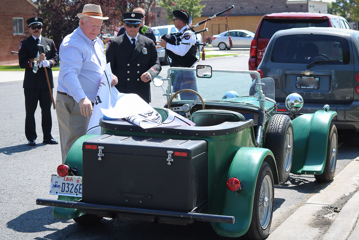 WK-pic1 Heritage Days Parade – Mayor Bert Wilson prepares his car for the parade (1)